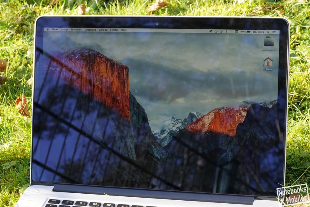 """Apple 15"""" MacBook Pro Retina: Das spiegelnde Display wirkt sich vor allem unter freiem Himmel nachteilig aus."""